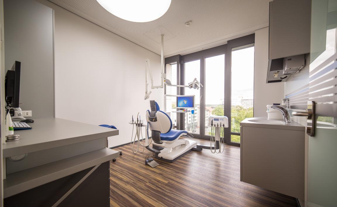 Detailaufnahme des modernen Behandlungsraums der Zahnarztpraxis Zahnärzte im Wengentor in Ulm
