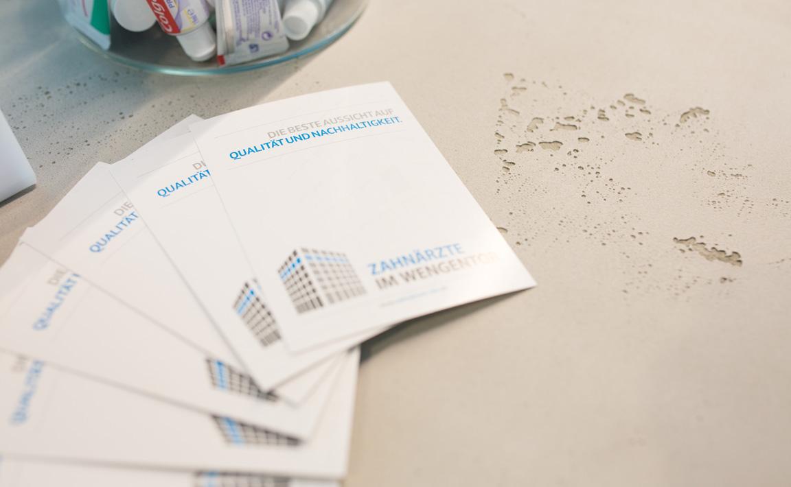 Nahaufnahme von Flyern der Zahnarztpraxis Zahnärzte im Wengentor in Ulm