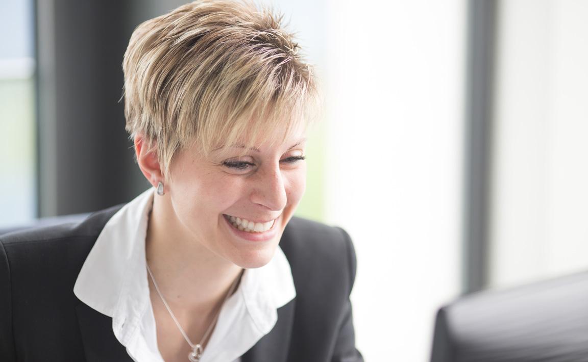 Porträtaufnahme von Cornelia Wimmer, die als Praxismanagerin in Praxis Dr. Scheytt der Zahnärzte im Wengentor in Ulm arbeitet