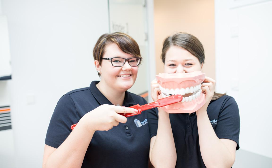 Mitarbeiterinnen der Zahnarztpraxis Zahnärzte im Wengentor in Ulm demonstrieren anhand eines Gebissmodells die Vorgehensweise des Zähneputzens