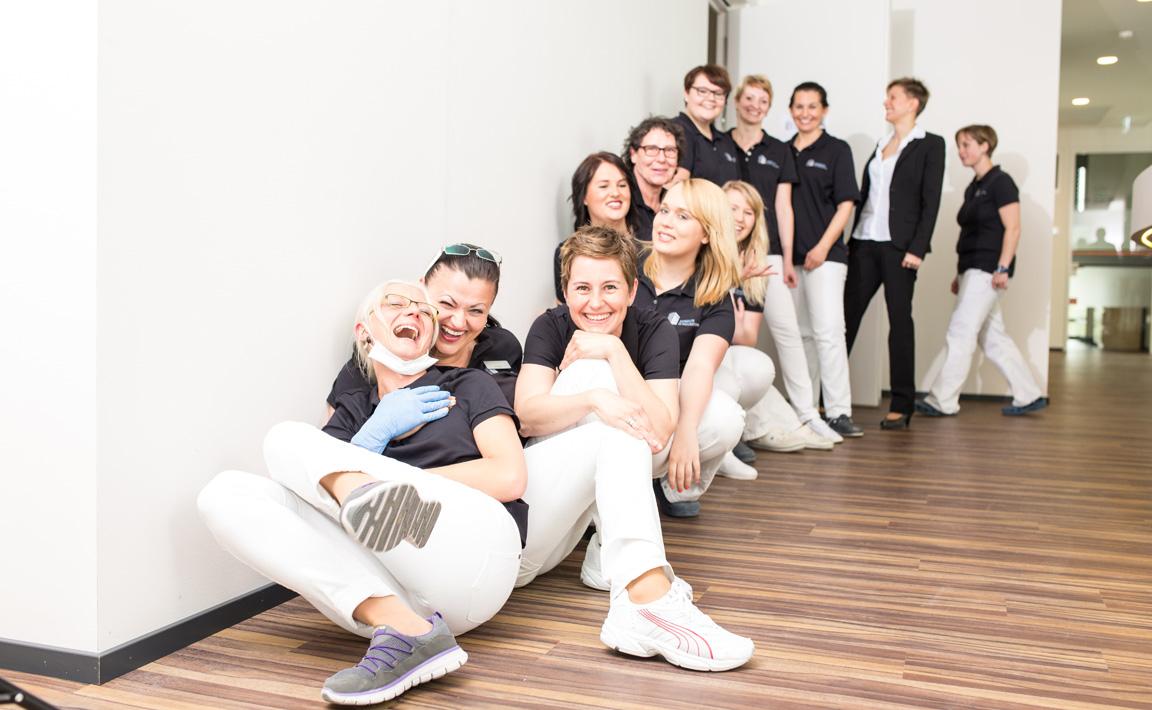 Teamfoto der motivierten und qualifizierten Mitarbeiter und Mitarbeiterinnen der Zahnarztpraxis Zahnärzte im Wengentor in Ulm