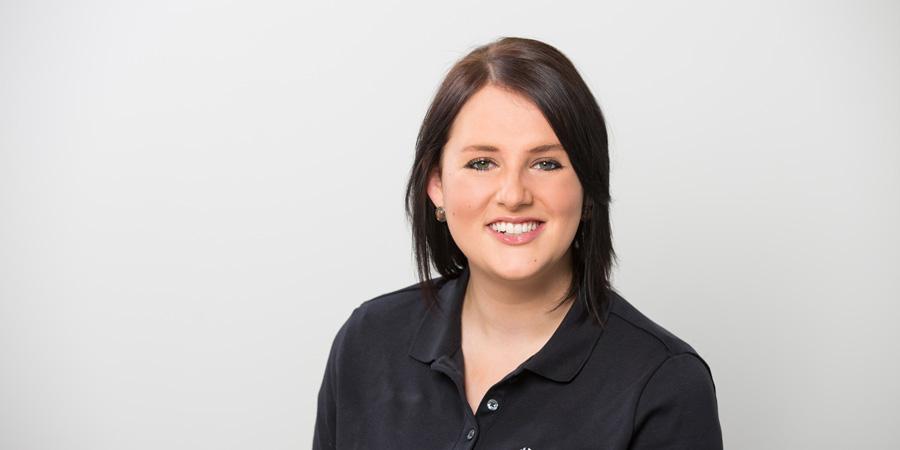 Porträtaufnahme von Alexandra Ries, die im Team der Praxis Dr. Scheytt tätig ist
