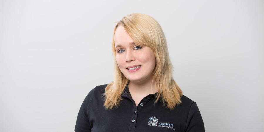 Porträtaufnahme von Annika Glöckle, die Mitglied des Teams der Praxis Dr. Scheytt bei den Zahnärzten im Wengentor in Ulm ist