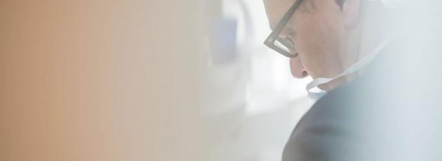 Hans-Georg Stromeyer bei der Anfertigung von Einzelkronen, Kronen für die Versorgung mit Implantaten, Brücken, Füllungen und Veneers in der Zahnarztpraxis Zahnärzte im Wengentor in Ulm