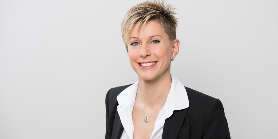 Porträtaufnahme von Cornelia Wimmer, die als Praxismanagerin in der Praxis Dr. Scheytt bei den Zahnärzten im Wengentor in Ulm arbeitet.