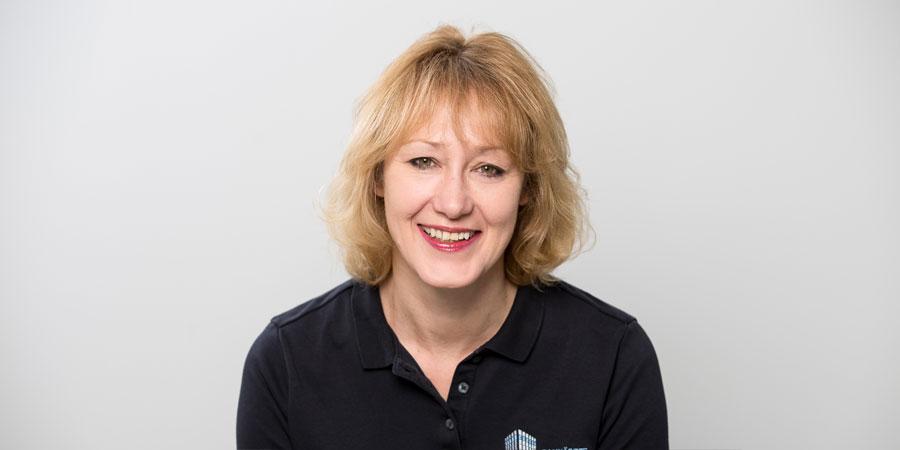 Porträtaufnahme von Dorothee Scheytt der Zahnärzte im Wengentor in Ulm, die Mitbeteiligte bei der Gründung der Gemeinschaftspraxis Dr. Scheytt ist.