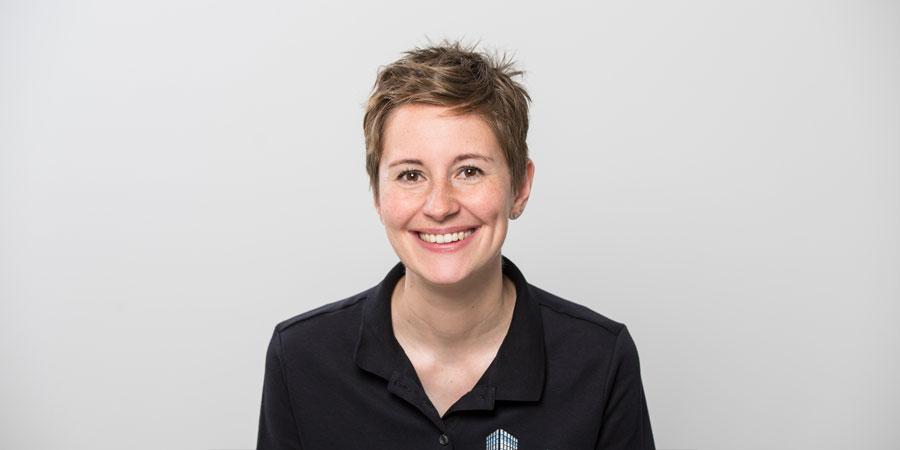 Porträtaufnahme von Dr. Katharina Dirheimer, die als Ärztin in der Zahnarztpraxis Zahnärzte im Wengentor in Ulm tätig ist.