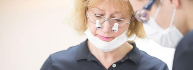 Zahnärztin Dorothee Scheytt bei der Durchführung einer Wurzelkanalbehandlung in der Zahnarztpraxis Zahnärzte im Wengentor in Ulm
