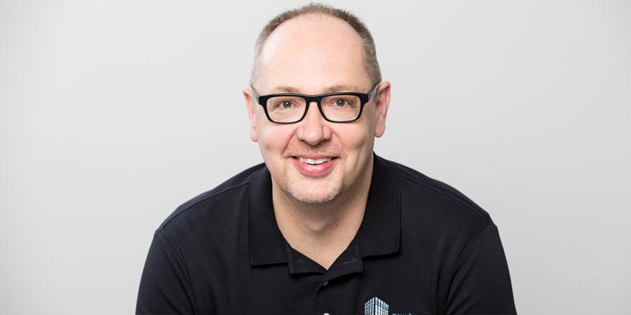 Porträtaufnahme von Hans-Georg Stromeyer der Zahnarztpraxis Zahnärzte im Wengentor in Ulm, dessen Engagement der Implantologie, der ästhetischen Zahnheilkunde und der computergesteuerten Fertigung von Zahnersatz gilt