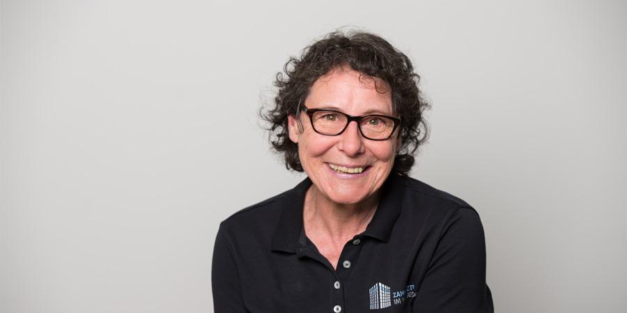 Porträtaufnahme von Helga Häderle, die in der Praxis Dr. Scheytt der Zahnärzte im Wengentor in Ulm als Assistentin arbeitet.