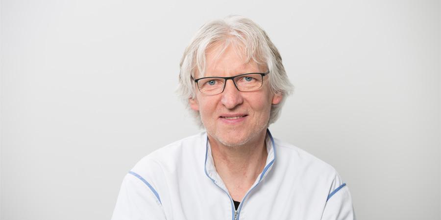Porträtaufnahme von Klaus Petretschek, der als Zahntechnikermeister in der Zahnarztpraxis im Wengentor in Ulm als Assistentin arbeitet