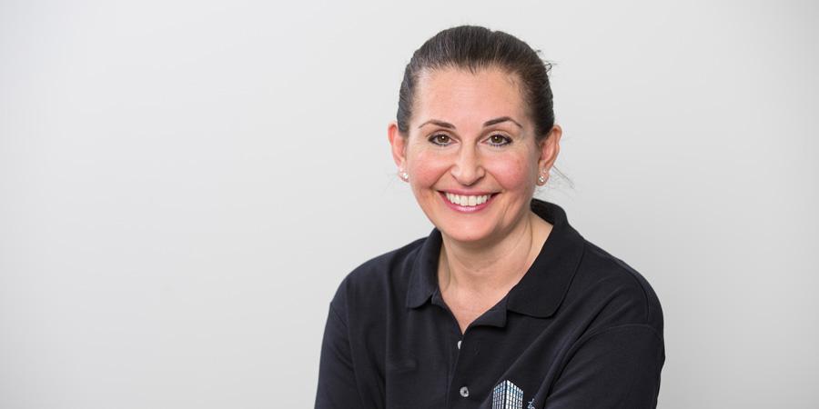 Porträtaufnahme von Marija Dursun, die mit und für Herrn Dr. Scheytt seit dessen Praxisgründung in Ulm bei den Zahnärzten im Wengentor in Ulm tätig ist
