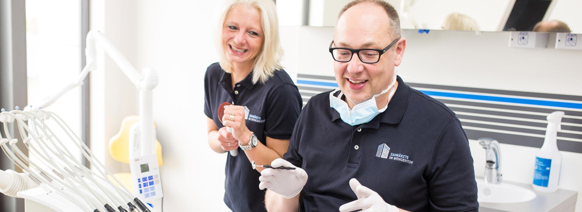 Hans-Georg Stromeyer und seine Assitentin bei der Behandlung der Parodontitis in der Zahnarztpraxis im Wengentor in Ulm