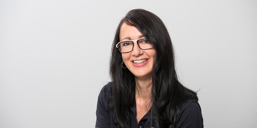 Porträtaufnahme von Sabrina Duile, die als Zahnmedizinische Fachassistentin für Prophylaxe und Parodontologie in der Zahnarztpraxis Zahnärzte im Wengentor in Ulm tätig ist