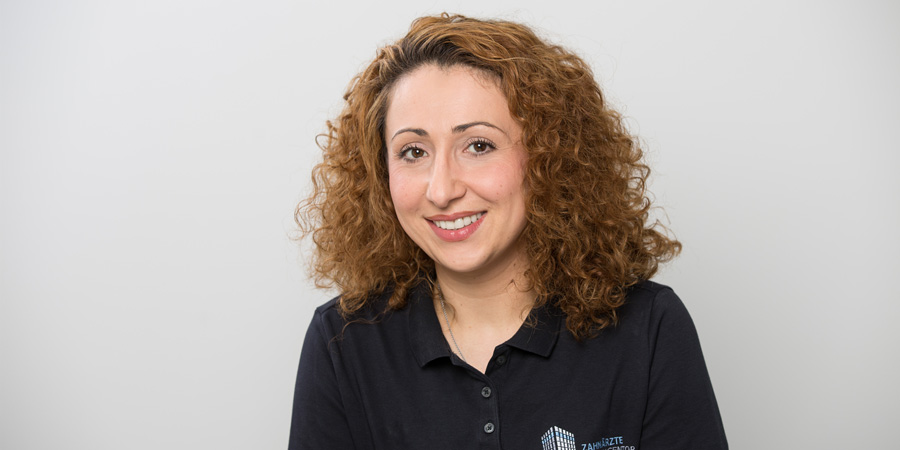 Porträtaufnahme von Sanja Deschenhalm, die als Dentalhygienikerin das Team der Zahnärzte im Wengentor in Ulm unterstützt