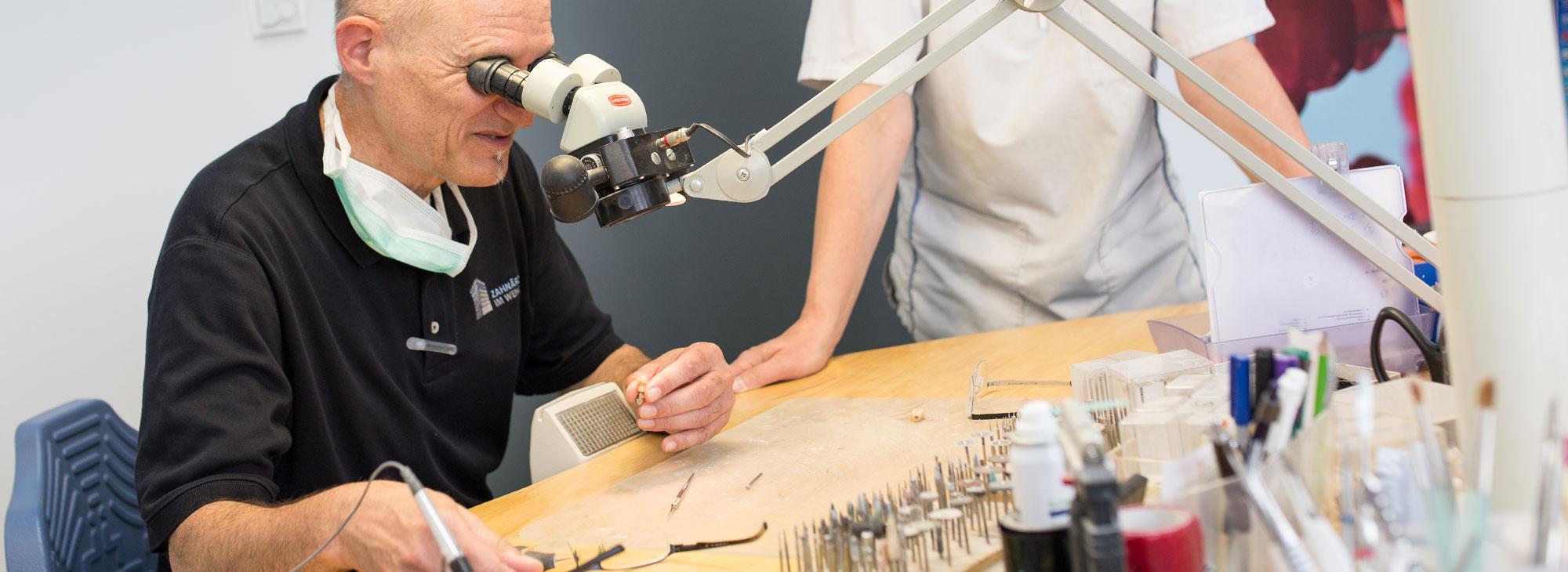 Der Zahntechniker Klaus Petretschek der Zahnarztpraxis Zahnärzte im Wengentor in Ulm bei der Herstellung eines hochwertigen und ästhetisch perfekten Zahnersatz