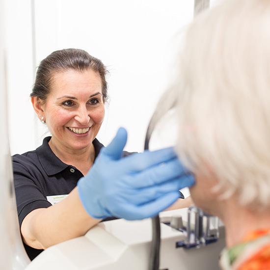 Assistentin der Zahnarztpraxis Zahnärzte im Wengentor in Ulm führt ein digitales 3D Panorama Zahnröntgen bei einer Patientin durch