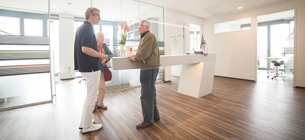 Zahnarzt berät Mann zur Behandlung Feste Zähne an einem Tag in Ulm.