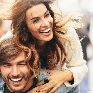 Ein Mann trägt eine Frau auf dem Rücken nach einem Besuch der Praxis Zahnärzte im Wengentor in Ulm