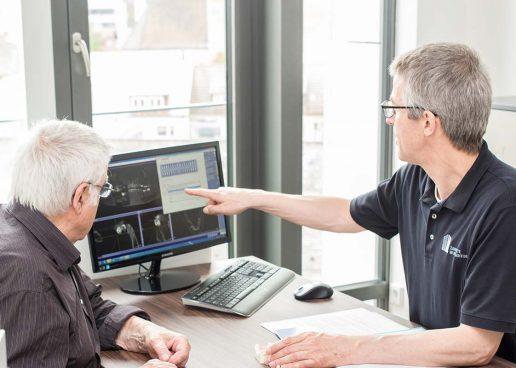Beratungsgespräch zur Implantologie mit einem Patienten der Zahnärzte im Wengentor in Ulm.