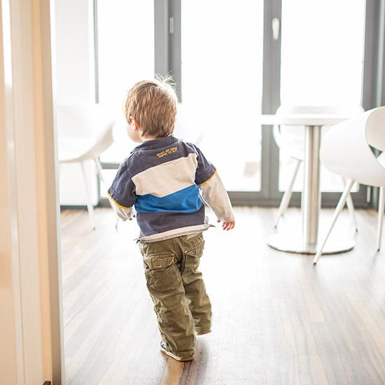 Kleiner Junge läuft durch die Praxisräume der Familienzahnärzte in Ulm