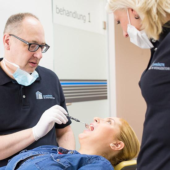 Zahnarzt Hans-Georg Stromeyer kontrolliert Zähne bei schwangerer Frau