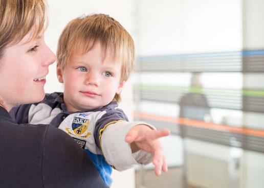Junge Frau und kleiner Junge beim Familienzahnarzt in Ulm