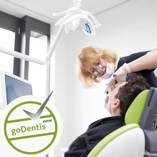 Zahnärztin Dorothee Scheytt kontrolliert Zahngesundheit von einem männlichen Patienten